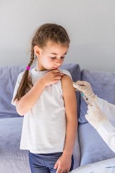 Meisje ontvangt een injectie