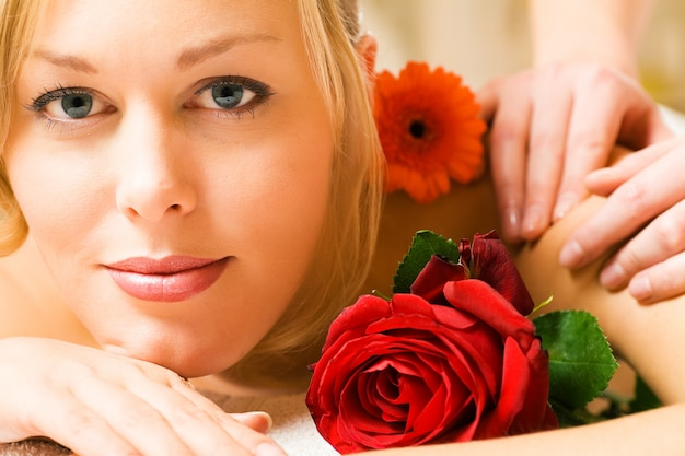 Meisje ontvangt wellness-massage