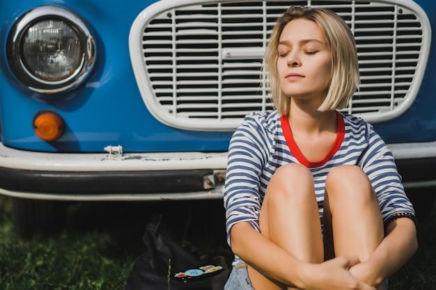 Meisje op de achtergrond van een vintage bus