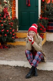 Meisje op de veranda van het huis in de winter