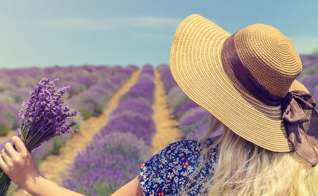 Meisje op een bloeiende gebied van lavendel.
