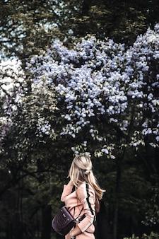 Meisje op een lila boom, lente, mooie vrouw