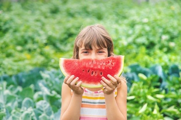 Meisje op een picknick eet een watermeloen.