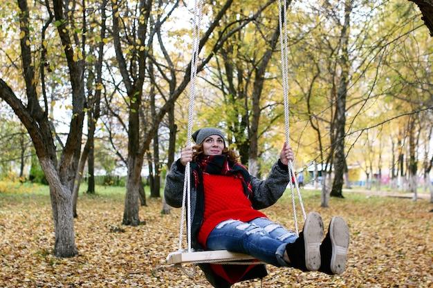 Meisje op een wandeling in een herfstpark tijdens een herfstblad