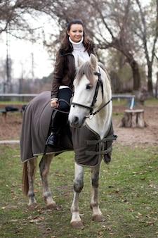 Meisje op een wit paard