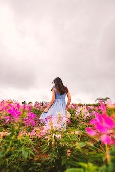 Meisje op het bloemgebied.