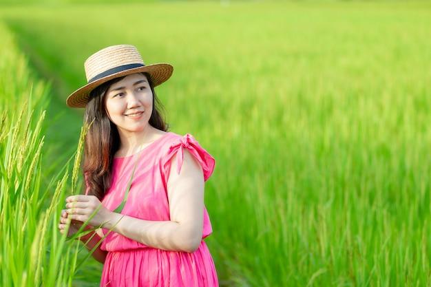 Meisje op het groene gras