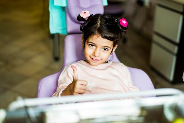 Meisje op het kantoor van de tandarts