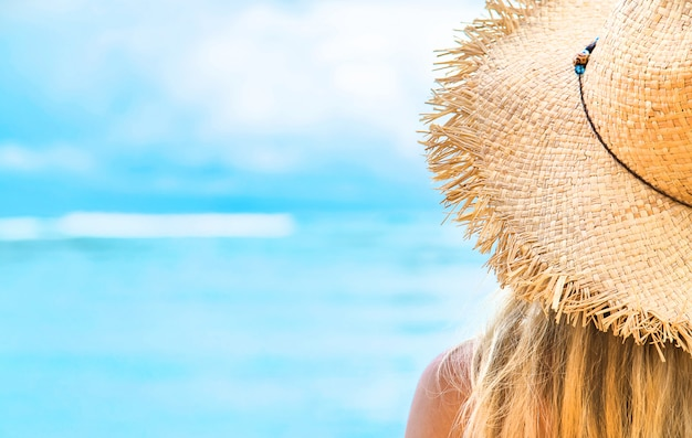 Meisje op het strand door de oceaan.