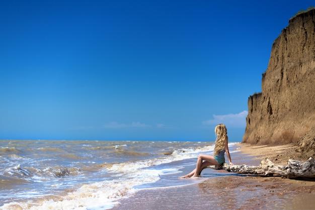 Meisje op het strand.