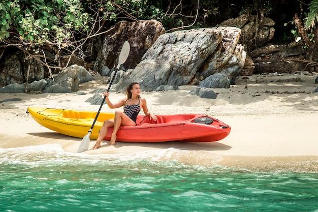 Meisje op kano concept van reizen en hobby