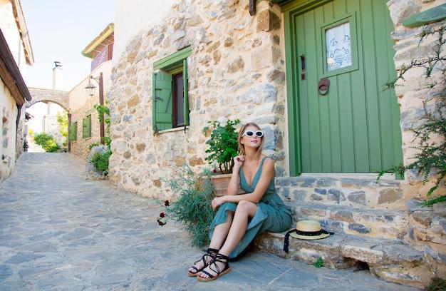 Meisje op kleine dorpsstraat op kreta, griekenland