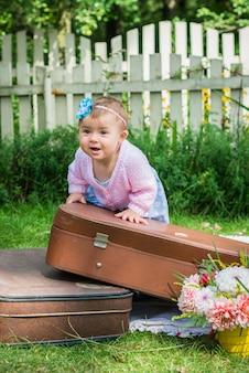 Meisje op koffer