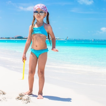 Meisje op kust tijdens de zomervakantie