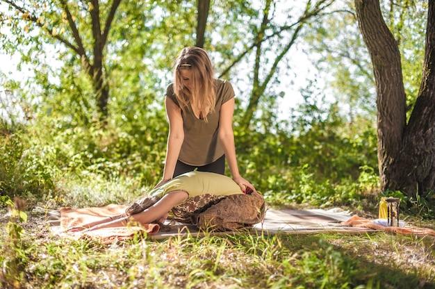 Meisje op massage in de natuur met massagetherapeut.