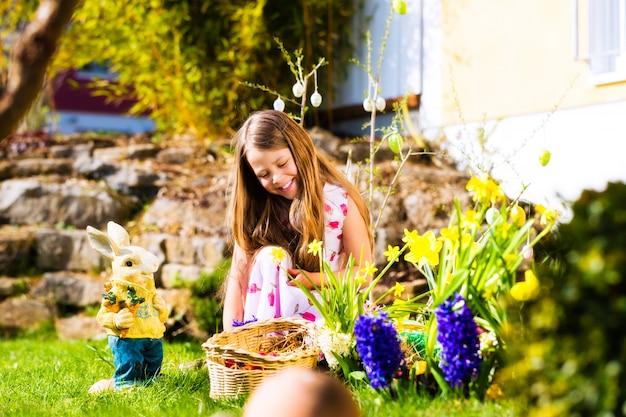 Meisje op paaseijacht met eieren