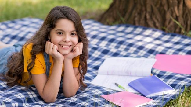 Meisje op picknick lezing