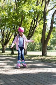 Meisje op rolschaatsen in het park