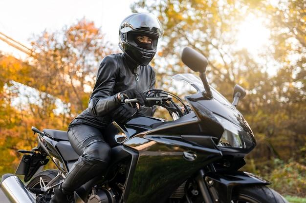Meisje op sportenmotorfiets