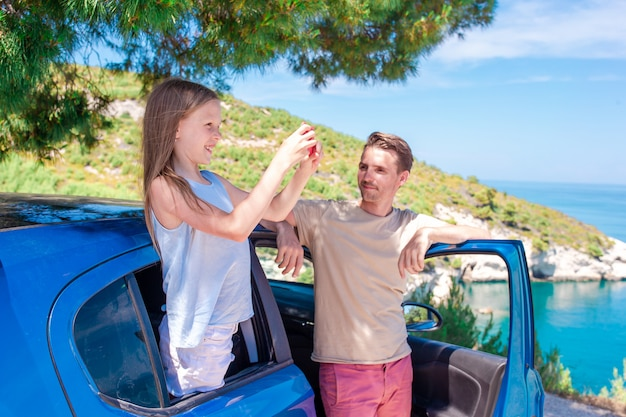 Meisje op vakantiereis met de auto. zomervakantie en auto reizen concept