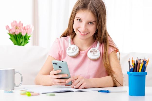 Meisje op vrije tijd met telefoon