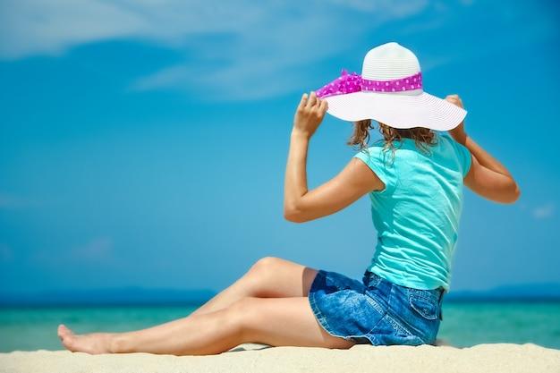 Meisje op zee in griekenland op zand