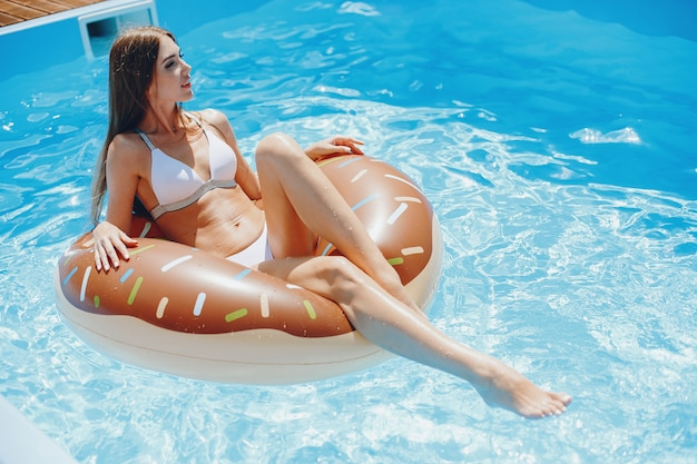 Meisje op zomerfeest in het zwembad