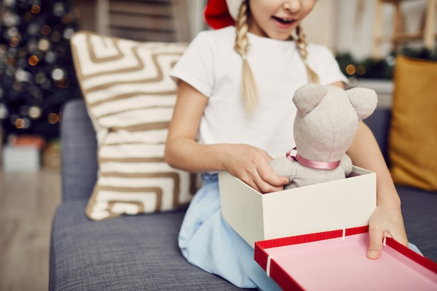Meisje openen geschenkdoos
