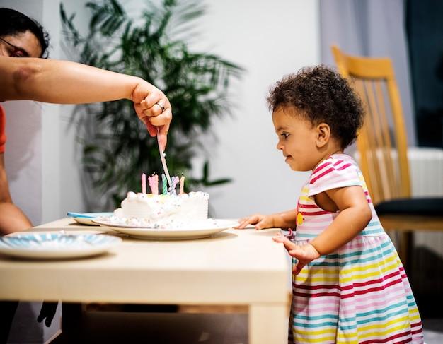 Meisje opgewonden om een verjaardagstaart te eten