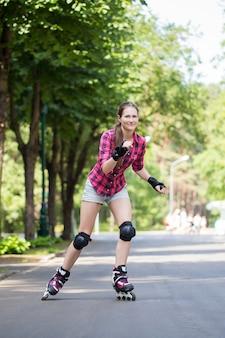 Meisje paardrijden rollerblades