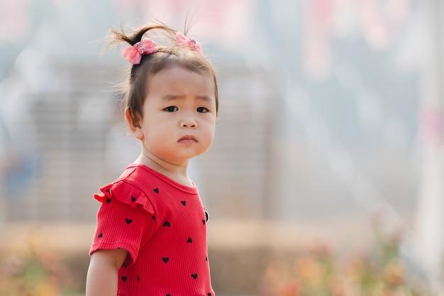 Meisje permanent en kijken in het park