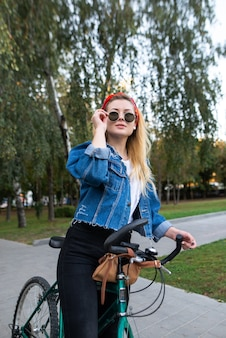 Meisje permanent op rit in een fietspark en tot vaststelling van glazen