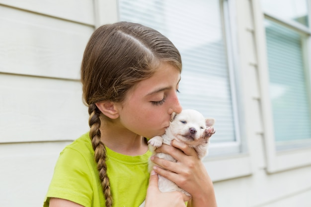 Meisje playingkissing puppy chihuahua huisdier hond