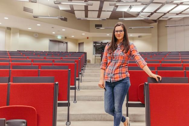 Meisje poseren bij collegezaal