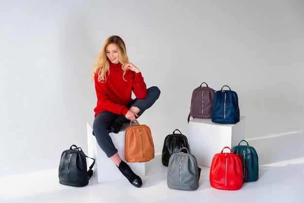 Meisje poseren in studio met veel tassen