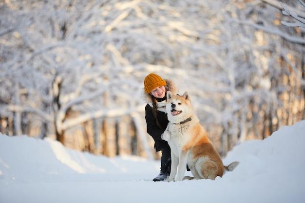 Meisje poseren met akita dog