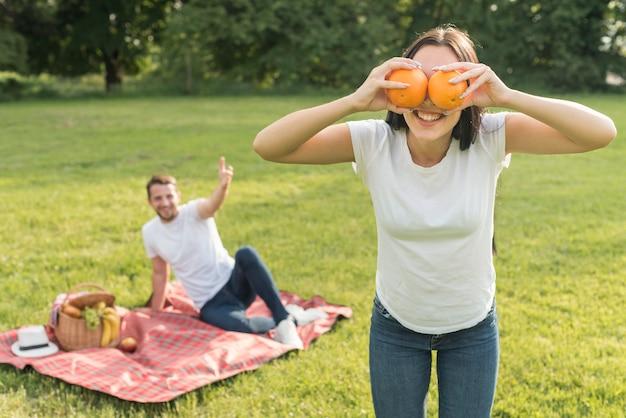 Meisje poseren met twee sinaasappelen