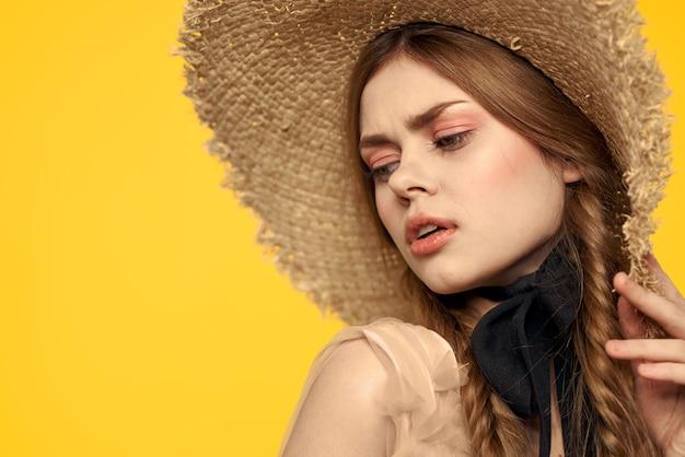 Meisje poseren met vintage strooien hoed