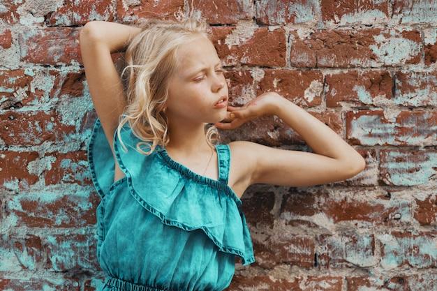 Meisje poseren op een bakstenen muur. hoge kwaliteit foto