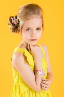 Meisje poseren op geel.