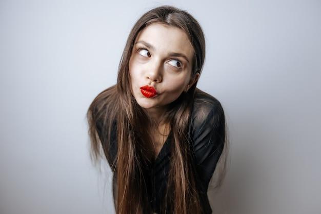 Meisje pronkt met haar rode lippen
