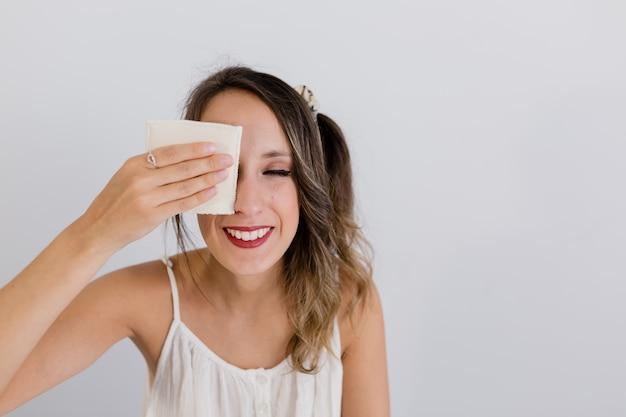 Meisje reinigt haar huid met een doek pad