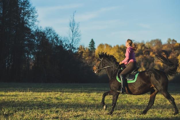 Meisje rijdt op een paard