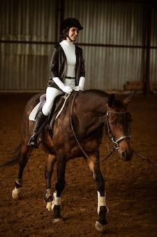Meisje rijdt op een ruiter op een paard galop paardensport concept paardrijden opleiding actieve li...