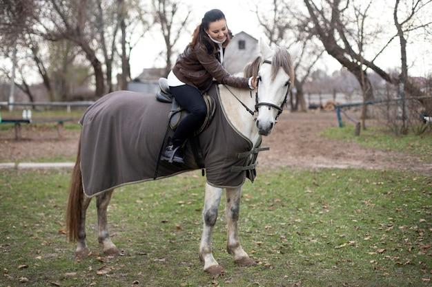 Meisje rijdt op een wit paard