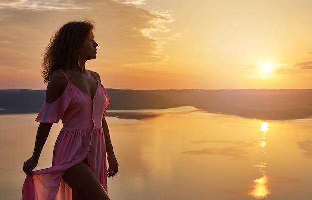 Meisje rust en bewondert zonsondergang