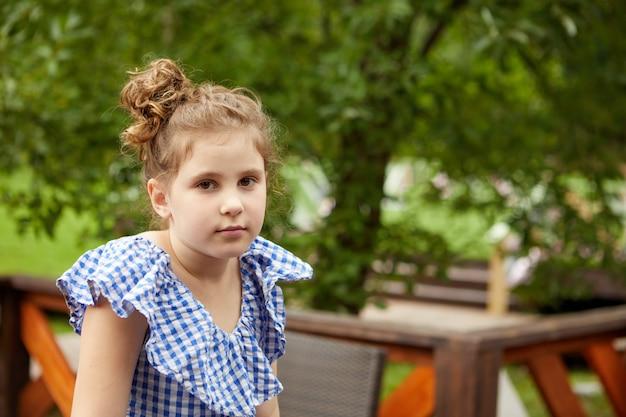 Meisje rust op terras in zomerdag
