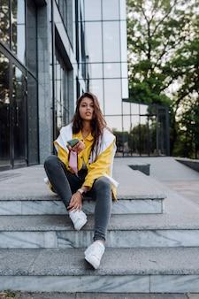 Meisje rustend op de trappen op straat in de stad