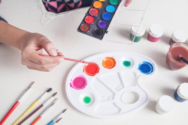 Meisje schilder met borstel