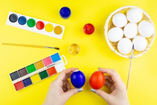 Meisje schildert eieren